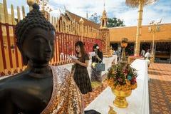 Het bidden van en het Betalen van Eerbied in Doi Suthep Temple Stock Afbeelding