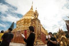 Het bidden van en het Betalen van Eerbied in Doi Suthep Temple Royalty-vrije Stock Foto