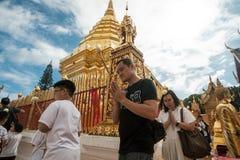 Het bidden van en het Betalen van Eerbied in Doi Suthep Temple Royalty-vrije Stock Foto's