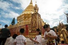 Het bidden van en het Betalen van Eerbied in Doi Suthep Temple Stock Foto