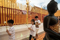 Het bidden van en het Betalen van Eerbied in Doi Suthep Temple Stock Foto's