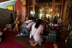 Het bidden van en het Betalen van Eerbied in Doi Suthep Temple Stock Afbeeldingen
