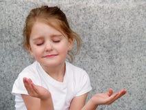 Het bidden van het meisje Stock Foto's