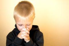 Het bidden van weinig kind (jongen), christendom, godsdienst Stock Afbeeldingen