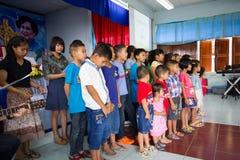 Het bidden voor Thaise Koningin op Thaise Moederdag Stock Fotografie