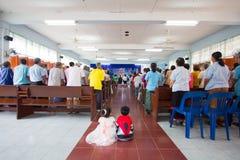 Het bidden voor Thaise Koningin op Thaise Moederdag Stock Foto's