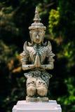 Het bidden Vrouwenbeeldhouwwerk in Noordelijk Thailand stock foto's