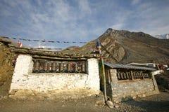 Het bidden wielen en vlaggen in muktinath Stock Afbeelding
