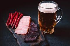 Het bier en het vlees geplaatste snacks van het ambachtlagerbier Barlijst royalty-vrije stock afbeeldingen