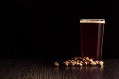 Het bier rode aal en de snacks stock foto