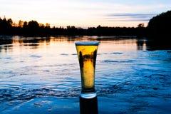 Het bier van de zonsondergang stock afbeelding