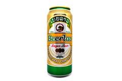 Het bier van het Beerlaolagerbier kan geïsoleerd op witte achtergrond Beerlao is de soortnaam van een waaier van bieren door Lao  Stock Fotografie