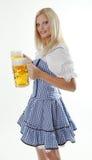 Het Bier van Oktoberfest van de holding van de Serveerster van de blonde Stock Afbeeldingen