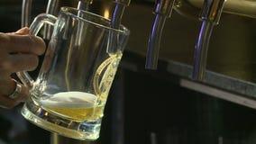 Het bier wordt gegoten stock footage