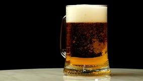 Het bier wordt gegoten in een glas stock videobeelden