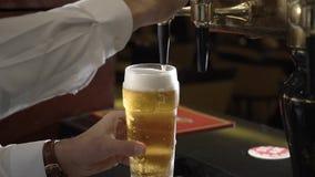 Het bier wordt gegoten in een glas stock video