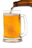 Het bier wordt gegoten in een mok Stock Foto's