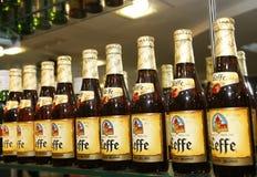 Het bierflessen van Leffe bij de staaf Stock Foto