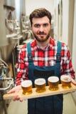 Het biersteekproeven van de fabrikantenholding bij distilleerderij royalty-vrije stock afbeelding