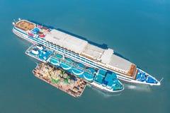 Het bijtanken op zee - de Kleine olieproducten verschepen het van brandstof voorzien van een groot bulk-carrier, luchtbeeld stock foto
