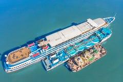 Het bijtanken op zee - de Kleine olieproducten verschepen het van brandstof voorzien van een groot bulk-carrier, luchtbeeld royalty-vrije stock afbeelding