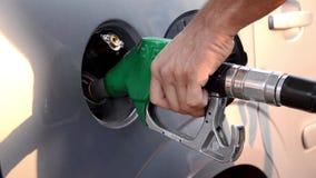 Het bijtanken van een auto, Benzinestation het Bijtanken stock footage
