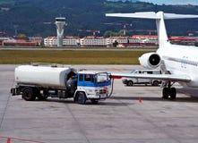 Het bijtanken van een vliegtuig stock foto