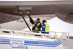 Het bijtanken van het vliegtuig stock afbeelding