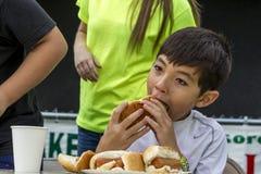 Het bijten in de hotdog royalty-vrije stock fotografie