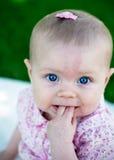 Het Bijten van de baby Vingers - verticaal Stock Foto's