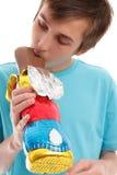 Het bijten van de jongen oor van chocoladekonijn Royalty-vrije Stock Foto