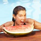 Het bijten van de vrouw in meloen in de zomer Royalty-vrije Stock Afbeeldingen