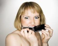 Het bijten van de vrouw telefoon. Stock Afbeeldingen
