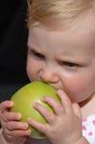 Het bijten van het meisje appel royalty-vrije stock fotografie