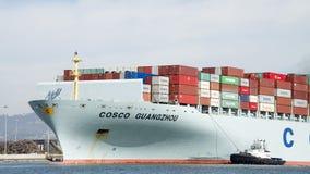 Het bijwonende Vrachtschip COSCO GUANGZHOU van sleepbootsandra hugh Stock Afbeeldingen