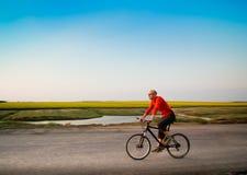 Het biking van de mens in motie Stock Foto