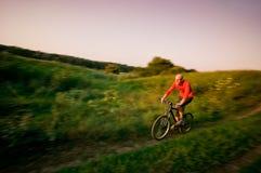Het biking van de mens in motie Stock Foto's