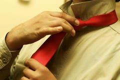 Het binden van een Rode Band Royalty-vrije Stock Afbeelding