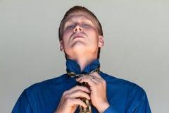 Het binden van zijn stropdas Stock Foto's