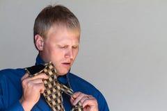 Het binden van zijn stropdas Stock Fotografie