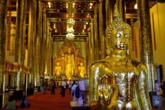 Het binnen gouden standbeeld van Boedha stock foto