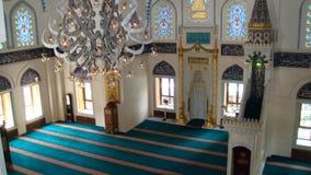 Het binnen moskee plaatsen Stock Afbeeldingen