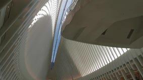 Het Binnenland die van WTC Oculus mensen en perspectiefpanning meningen kenmerken stock video