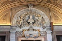Het binnenland van één van de ruimten van het Museum van Vatikaan stock afbeelding