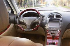 Het binnenland van de auto Autodashboard, verlicht paneel stock foto