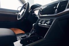 Het binnenland van de auto Modern auto verlicht dashboard De luxueuze cluster van het autoinstrument royalty-vrije stock foto