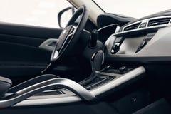 Het binnenland van de auto Modern auto verlicht dashboard De luxueuze cluster van het autoinstrument royalty-vrije stock afbeeldingen