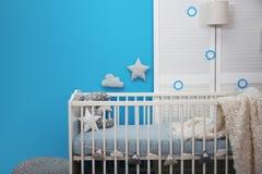 Het binnenland van de babyruimte met voederbak stock afbeeldingen