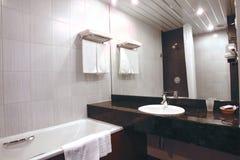 Het binnenland van de badkamers in hotel stock fotografie