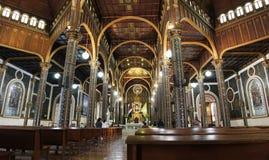 Het binnenland van de basiliek in Cartago, Costa Rica stock afbeelding